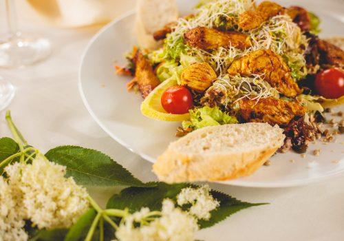 Sommerlicher Salat mit frischen Sprossen