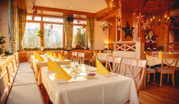 Restaurant mit Weihnachtsdekoration